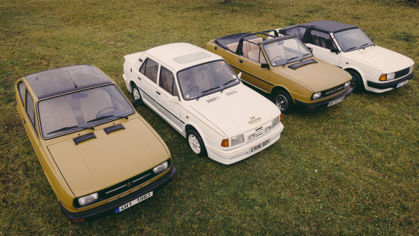 Zleva Škoda Garde (z roku 1983), o něco mladší sedan Škoda 120 v provedení pro Velkou Británii a dva kabriolety, které tam nabízela firma LDD.