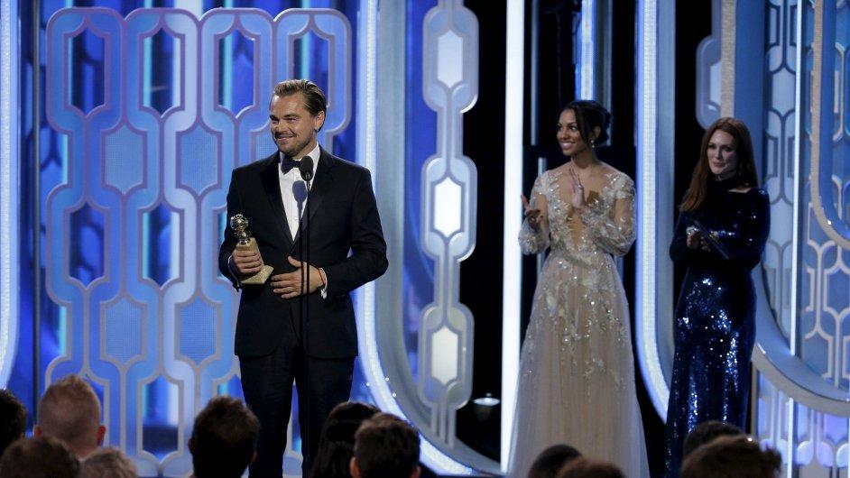 Leonardo DiCaprio přebírá Zlatý glóbus za nejlepší herecký výkon.