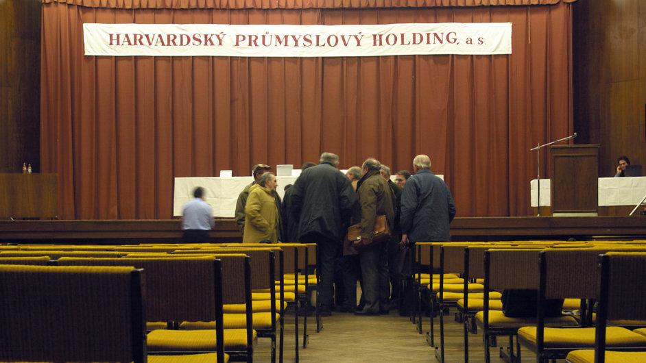 Valná hromada Harvardského průmyslového holdingu (archivní snímek z roku 2002).