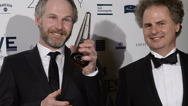 Producenti Jan Prušinovský (vlevo) a Ondřej Zima s cenou Český lev za nejlepší film.