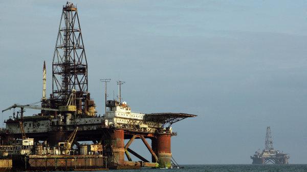 Ceny ropy d�l rostou, pom�haj� jim vyhl�dky na omezen� t�by - Ilustra�n� foto.