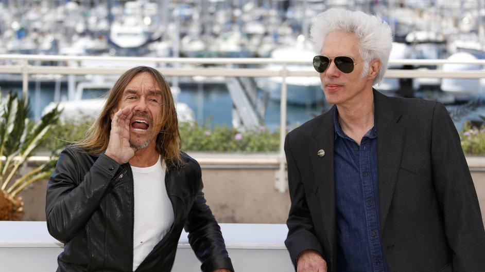 Režisér Jim Jarmusch (na snímku vpravo) na festivalu v Cannes mimo soutěž představil snímek Gimme Danger. Jde o dokumentární film mapující život devětašedesátiletého Iggyho Popa (vlevo).
