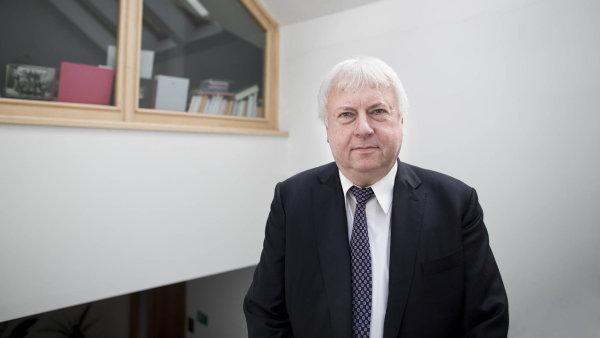 Rektor a majitel UJAK Luboš Chaloupka vydělával na dovzdělávání učitelů, nyní cílí na pečovatele.