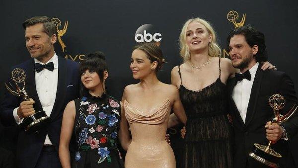 Na snímku z loňského udílení cen Emmy jsou zleva herci Nikolaj Coster-Waldau, Maisie Williamsová, Emilia Clarkeová, Sophie Turnerová a Kit Harrington.