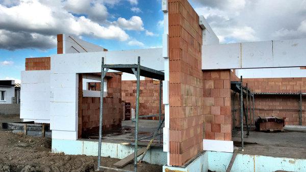 Příklad domu, kde stavebník přeskočil několik kroků správného postupu. Dům už se zatepluje aještě nemá střechu. Zateplení je přímo lepeno pěnou nazdivo.