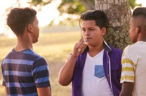 Mezi dětmi se rozmohlo kouření e-cigaret. Používané směsi přitom značně škodí zdraví
