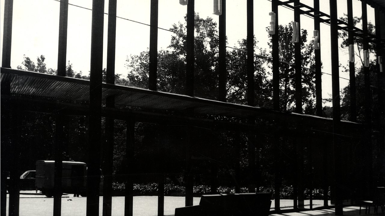 Historický snímek z roku 1967 zachycuje Pražské quadriennale v dnes již neexistujícím Bruselském pavilonu.