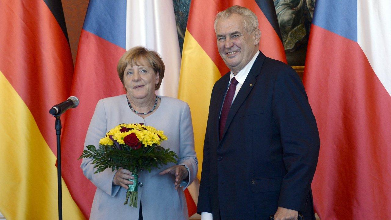 Prezident Miloš Zeman přijal v Praze kancléřku Angelu Merkelovou. Daroval jí knihu Jaroslava Haška Osudy dobrého vojáka Švejka.