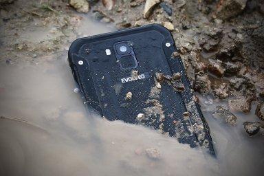 Evolveo StrongPhone G8 je moderní bestie, má čtečku otisků prstů a nahradí i platební kartu