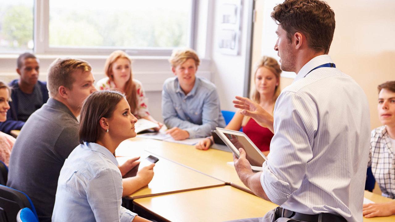 Výhodou soukromých škol jsou menší třídy, které umožňují osobnější přístup. Pro privátní školství je také typické mezinárodní prostředí - cizinci na školách vyučují i studují.