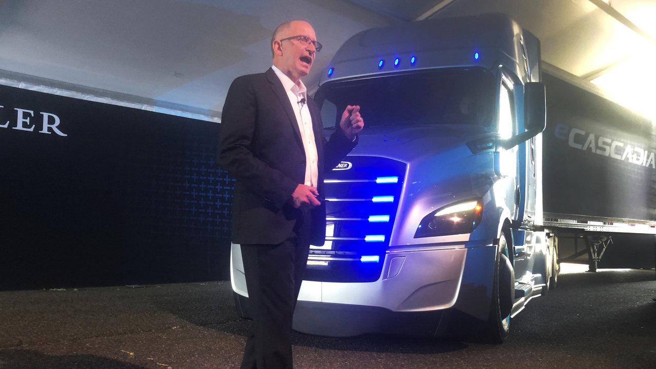 Prezident severoamerické divize Daimler Roger Nielsen představuje elektrický kamión eCascadia.
