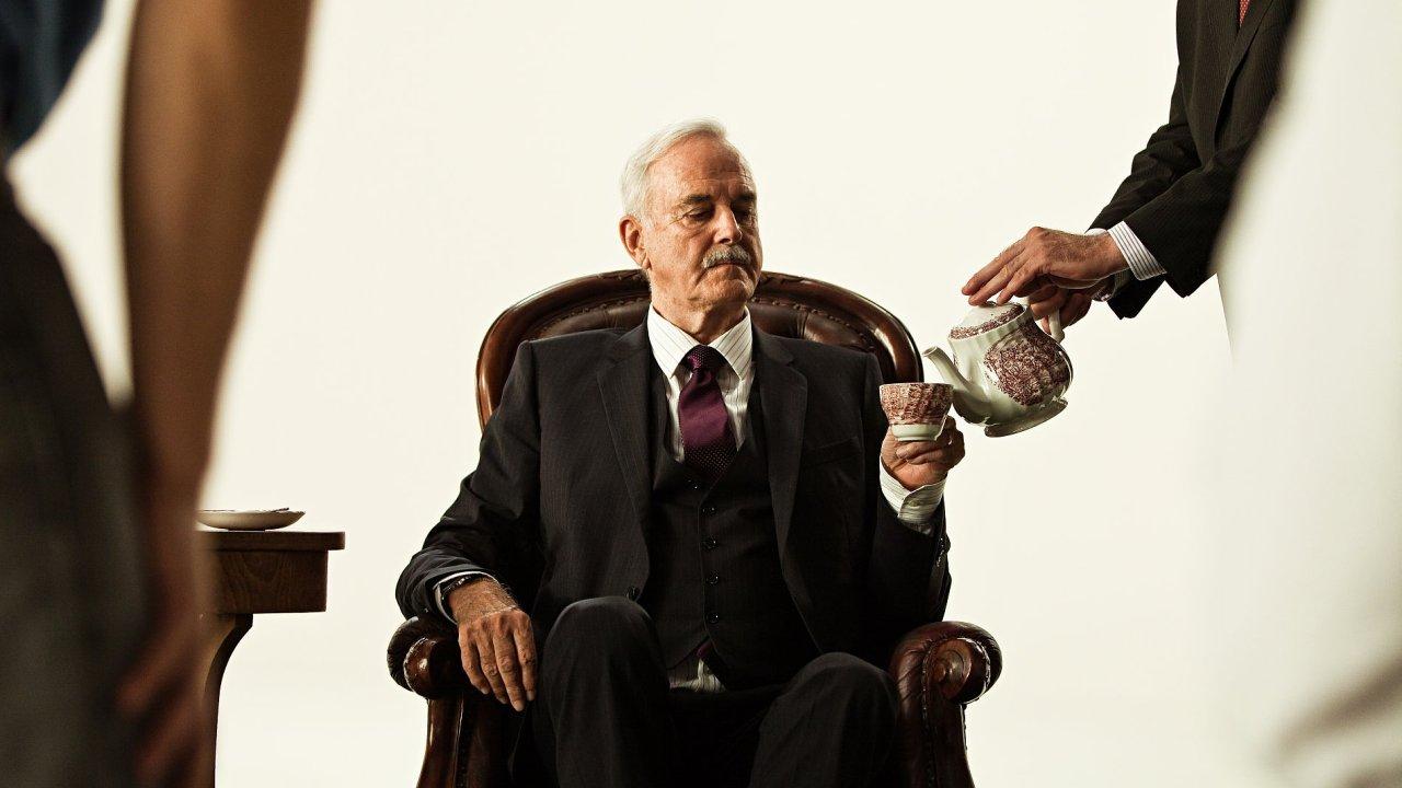 Legendární britský herec a člen skupiny Monty Python John Cleese při natáčení v Praze