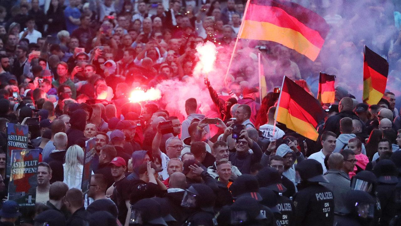 Protestu pravicově populistického hnutí Pro Chemnitz se zúčastnilo kolem 6000 lidí, na protidemonstraci se jich sešlo asi 1500.