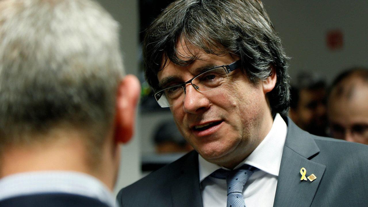 Carles Puigdemont před stíháním avazbou utekl doBelgie. Stejně jako on se před vazbou ukrývá vzahraničí dalších sedm katalánských lídrů.