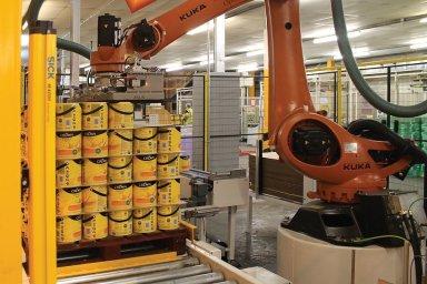 Robot manipuluje se zbožím na paletě.