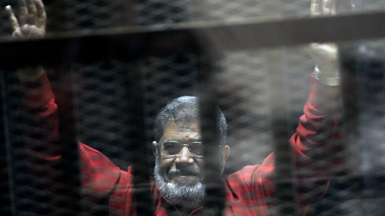 Někdejší islamistický egyptský prezident Muhammad Mursí zemřel u soudu.