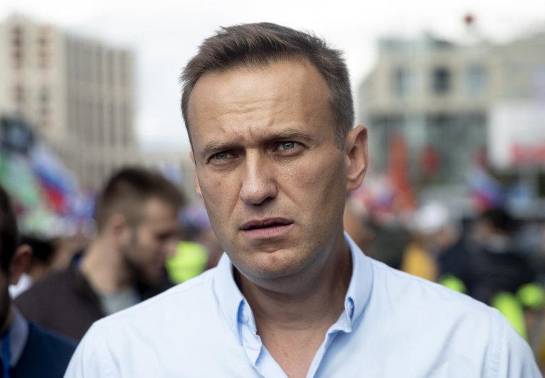 """Alexej Navalnyj výzval v komunálních volbách k """"chytrému hlasování"""", při němž měli voliči odevzdat hlas kandidátům, kteří měli největší šanci porazit soupeře z prokremelské strany Jednotné Rusko."""