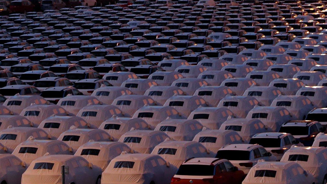Odbyt vázne: Neprodaných aut naodstavných plochách přibývá. Omezení výroby přinese propouštění jak vmontážních halách, tak udodavatelů komponentů.