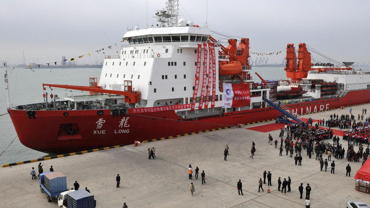 Čínští ekonomové azejména politici mluví oPolární hedvábné stezce, která by zkrátila cestu zjejich přístavů doEvropy otisíce kilometrů. A nechali si postavit první domácí ledoborec Sněhový drak.