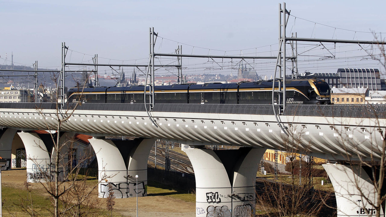 V barvách Leo Expressu v Česku v současnosti jezdí pět vlakových souprav od firmy Stadler. To se ale brzy změní.
