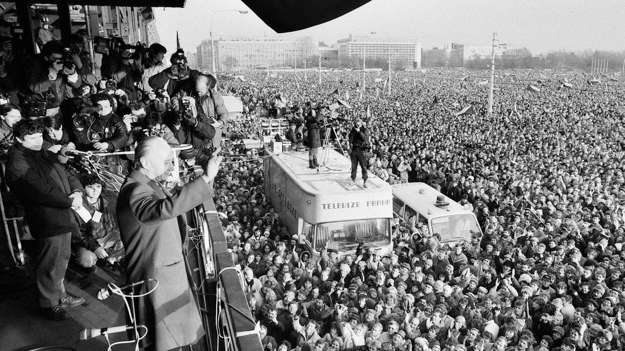 Studenti pomohli kpádu režimu. Stávkovali aúčastnili se demonstrací. NaLetné se tehdy shromáždilo přes půl milionu lidí, které pozdravil iAlexander Dubček, politik Pražského jara zroku 1968.
