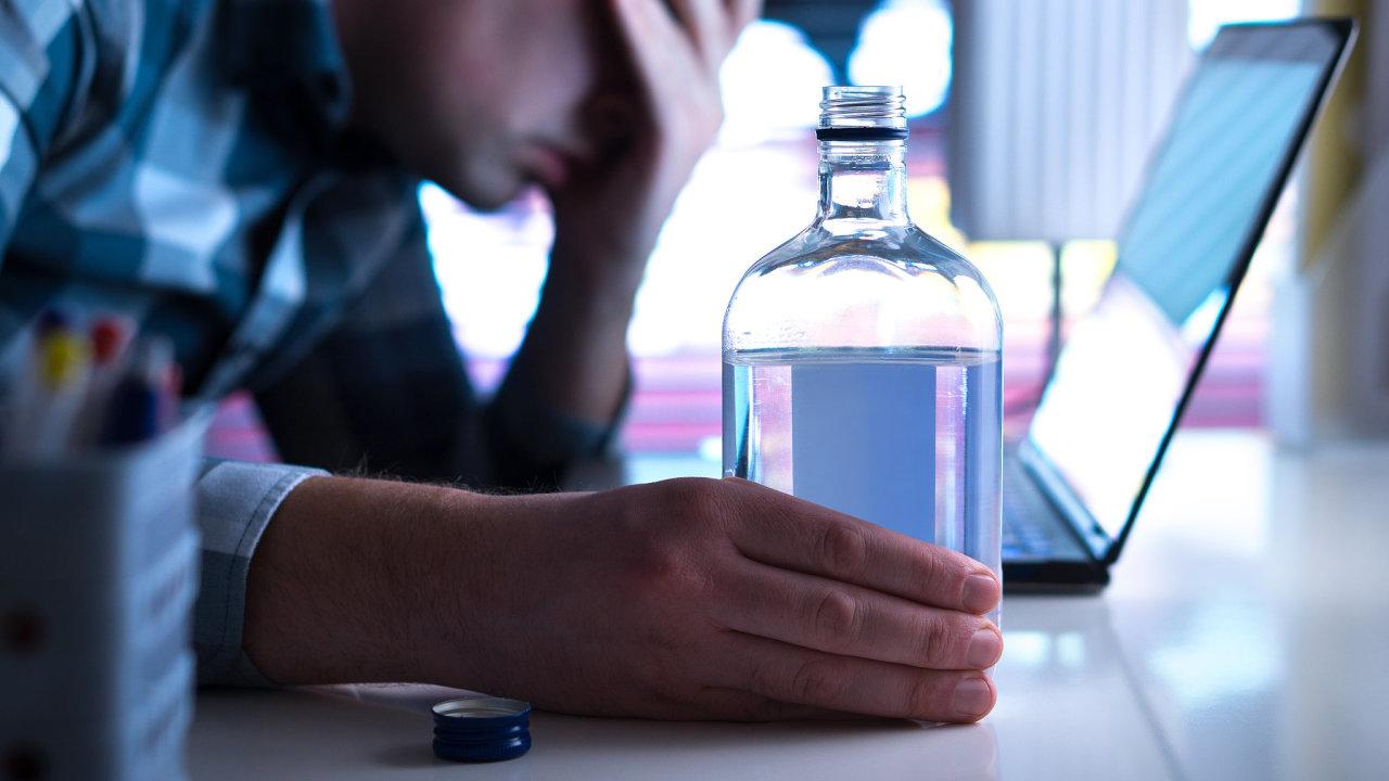 Podle soudního experta zaměstnanec likérky trpí vyhořením a nervovým vyčerpáním, za kterým stojí přímo nadměrné pití v práci. K tomu ho údajně nutil zaměstnavatel.