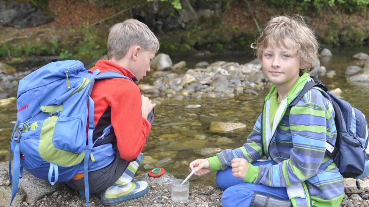Děti se učí o přírodě a etice.