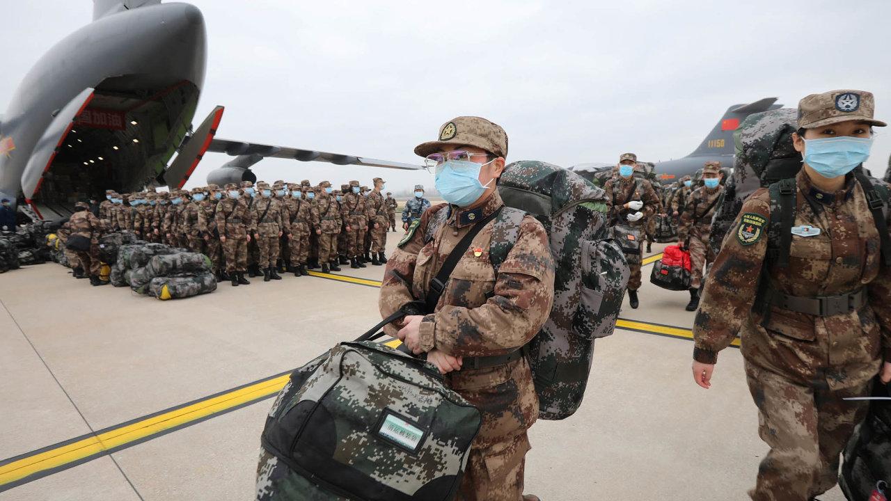 Čína poslala do Wuchanu na pomoc v boji proti nákaze novým koronavirem stovky armádních zdravotníků.