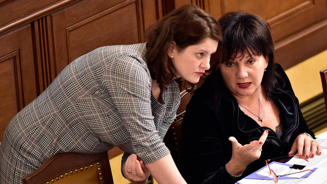Vyřeší menší živnostníci jednou platbou všechny své povinnosti vůči státu, jak navrhuje Alena Schillerová (vpravo?) Odboráři aministryně práce Jana Maláčová (vlevo) mají výhrady.