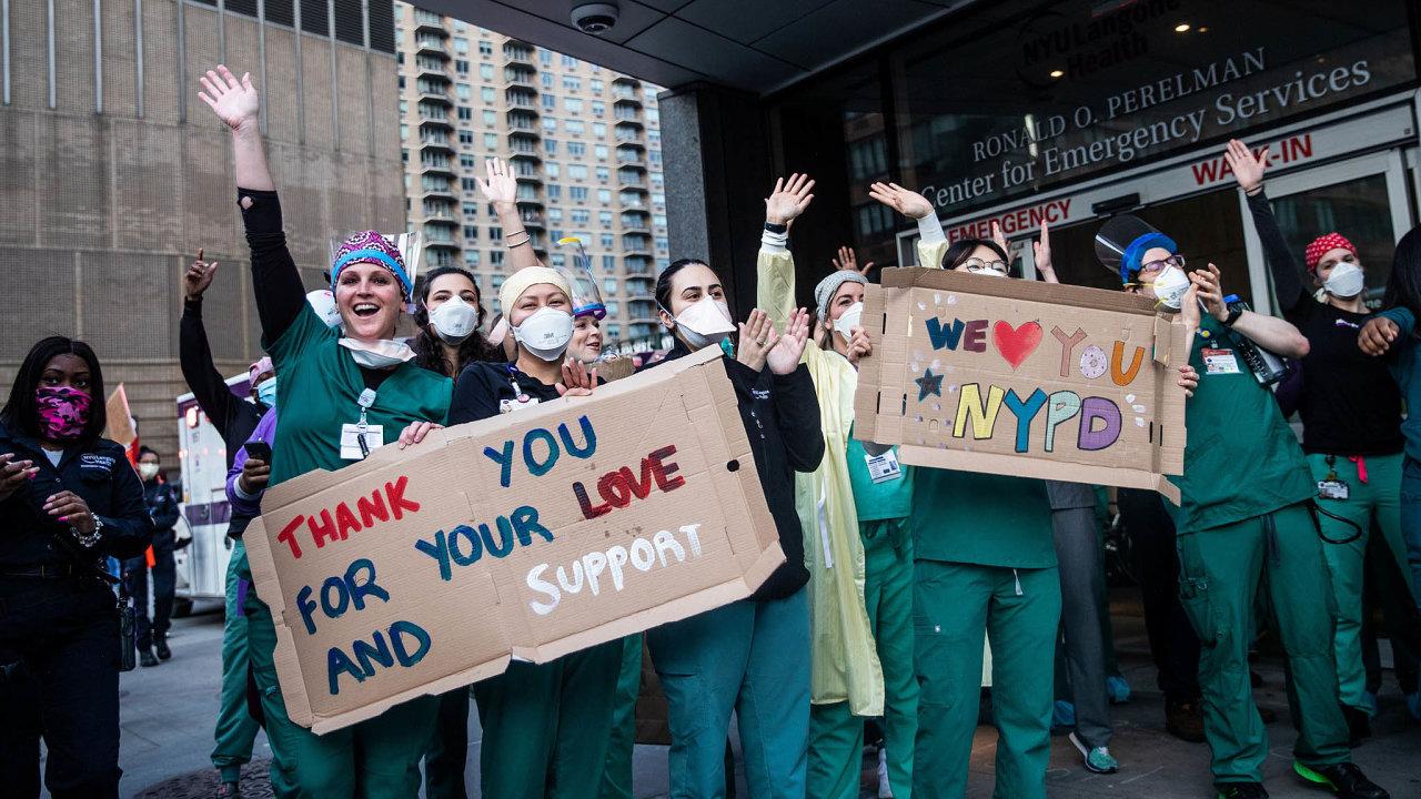 Těžce zkoušené město. Zdravotníci se solidarizují sespoluobčany. VNew Yorku přibylo pohřbů. Bankovní tepna Wall Street je prázdná. Ulice brázdí nejchudší lidé shánějící obživu.