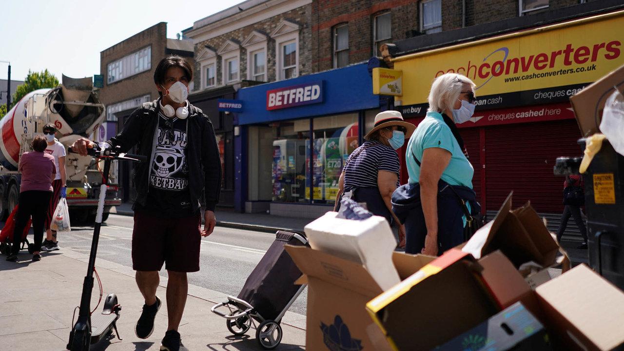 Proti nemoci: Velká Británie je jednou znejvíce zasažených zemí nasvětě. Odzačátku pandemie má přes 19 500 zemřelých nakoronavirus.