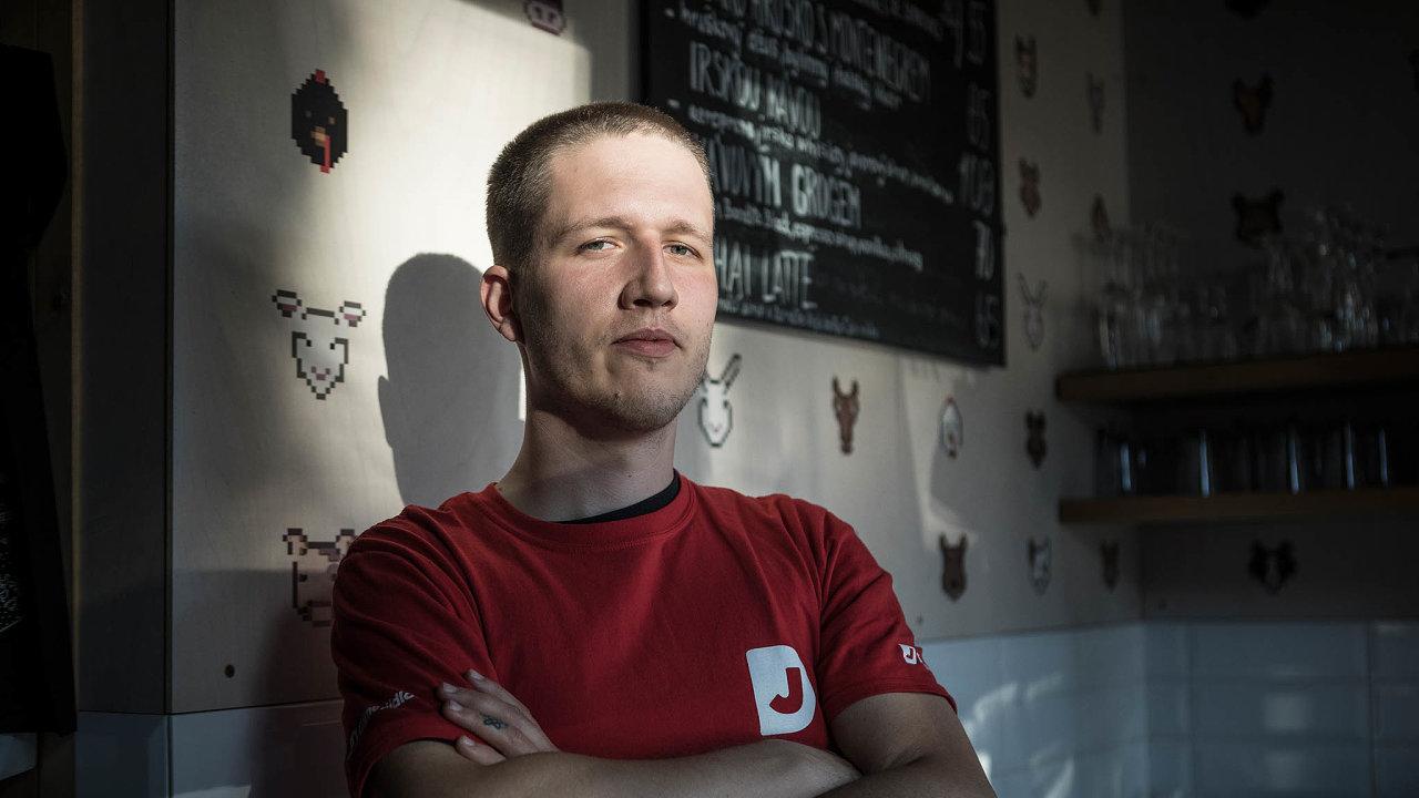 Napodporu odstátu kavárník Petr Polák nárok nemá. Podobně jako umnoha dalších podniků vČesku je současně majitelem izaměstnancem, čímž se