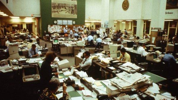 Editorské stoly v newsroomu The Chicago Tribune, 70. léta.