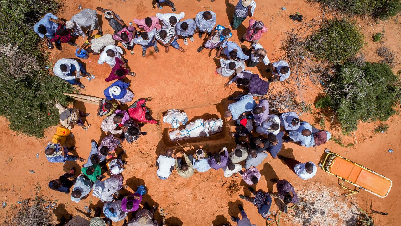 Podle původních plánů se měl letos snížit počet lidí žijících v extrémní chudobě o 25 milionů. Ve skutečnosti jich dalších 30 milionů přibude. Na snímku pohřeb oběti koronaviru v africkém Somálsku.
