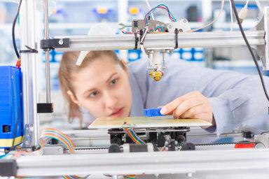 Doškol se vrátí povinná technika. Nový předmět by měl děti učit manuální zručnosti vkombinaci svyužitím moderních technologií, jako je třeba 3D tiskárna.