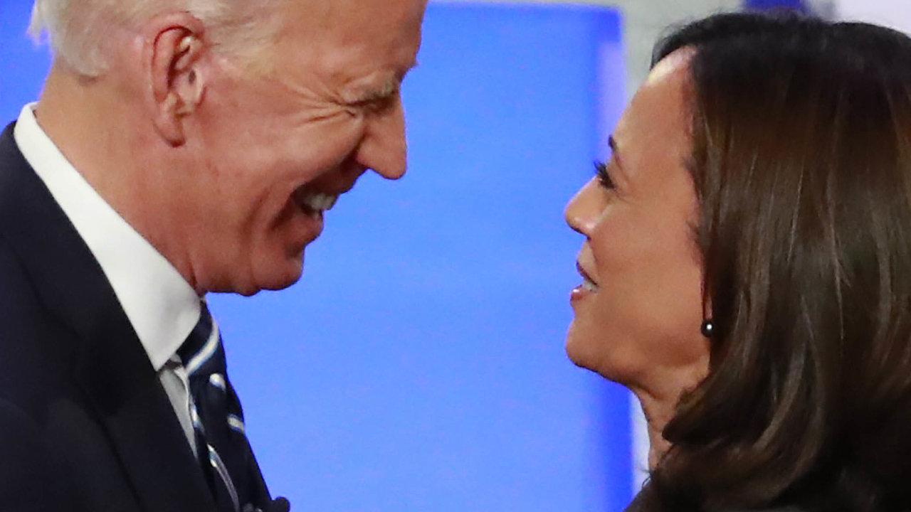 Pragmatičtí spojenci: Harrisová Bidena vdobě primárek jejich Demokratické strany tvrdě napadla. Teď je spokojená, Biden si ji vybral zaviceprezidentku.