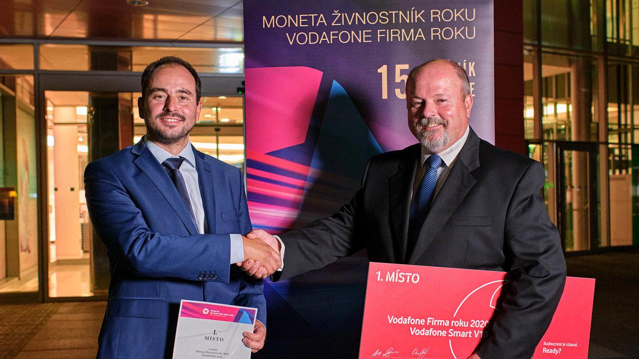 Vítězové: Lesník Aleš Erber (vlevo) amarketingový manažer firmy Mikroelektronika Luboš Novotný (vpravo).