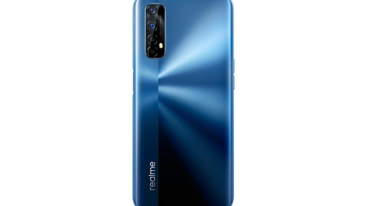 Čtveřice fotoaparátů na zadní straně telefonu vdané cenové kategorii obstojí, hlavní snímač umí pořídit pěkné detailní snímky aipři snímání vplném rozlišení reaguje okamžitě.
