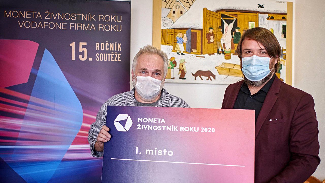 (Zleva) Luboš Mynář, MONETA Živnostník roku 2020 Kraje Vysočina aředitel podnikatelských soutěží Petr Lutonský