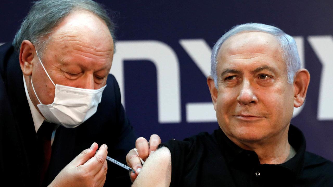 Bleskurychlé očkování. Izraelci nakoupili vakcínu ve velkém a chtějí mít koronavirus do jara z krku. Jako první se nechal očkovat premiér Benjamin Netanjahu.