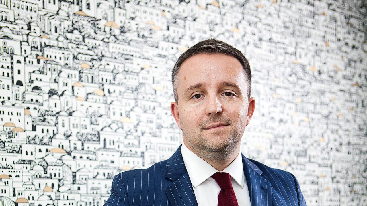Pečlivá image. David Rusňák se prezentuje jako investor, jeho vysvětlení otom, jak dal dohromady své jmění, má mezery.
