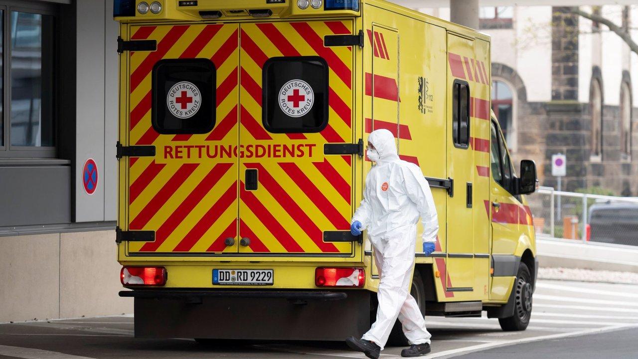 Sanitka s covidovým pacientem z Itálie přijíždí do Fakultní nemocnice v saských Drážďanech.