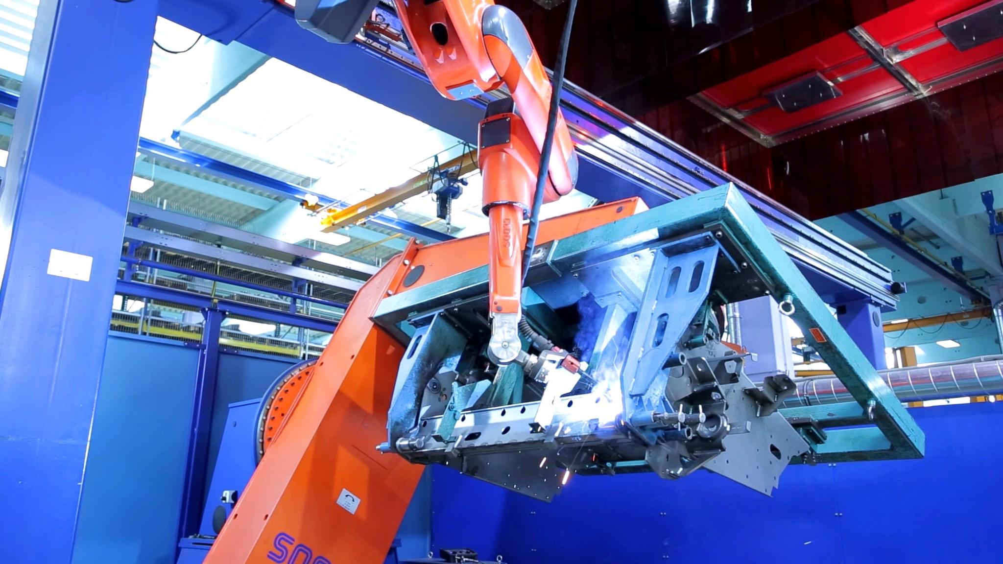 Automatizace je vAgrostroji široce rozšířená. Stroje zde už zastanou 60procent veškeré práce akromě CNC obráběcích strojů nechybí ani lasery, mechanické ahydraulické lisy nebo svařovací roboti.