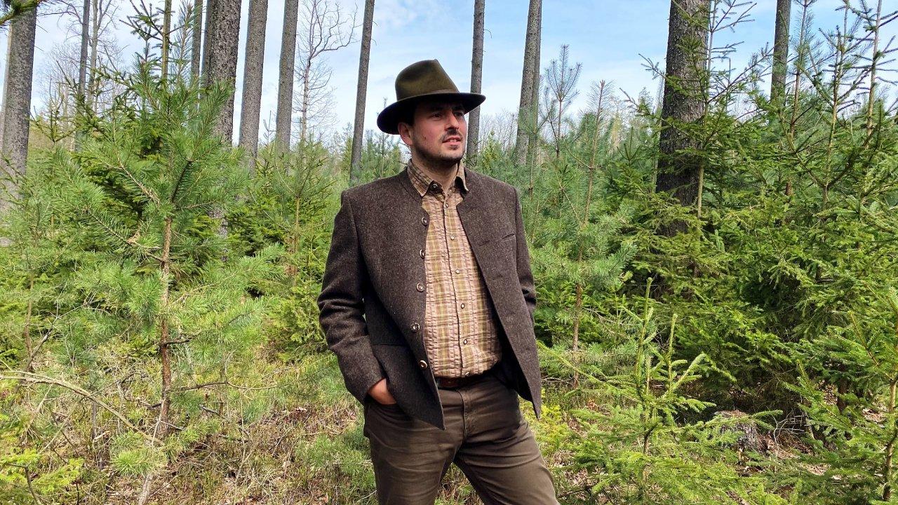 Aleš Erber je odborný lesní hospodář a poradce, správce lesních majetků hospodařící přírodě blízkým způsobem. Propaguje šetrné a trvale udržitelné hospodaření v lesích.