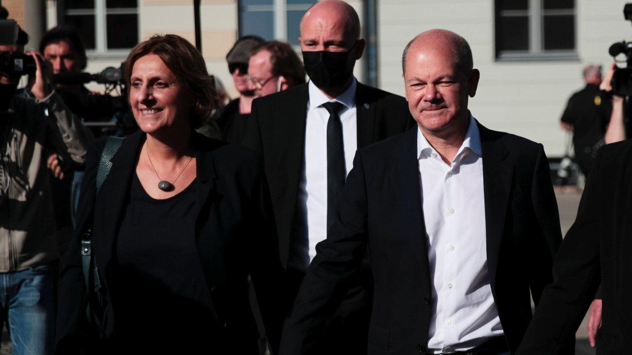 Vítězství Olafovi Scholzovi (SPD) nezaručuje kancléřský úřad, záležet bude na povolebních jednáních, která mohou trvat týdny i několik měsíců.