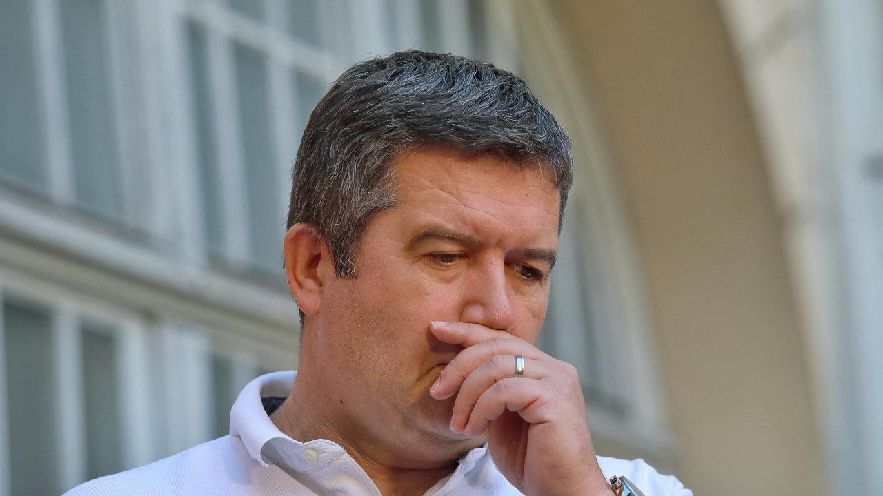 Jan Hamáček při příchodu do volebního štábu sociálních demokratů.