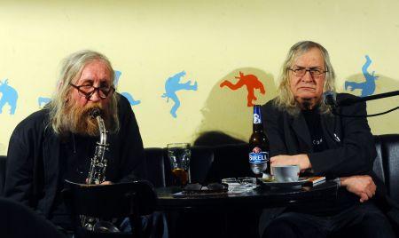 Ivan Jirous se saxofonistou Vratislavem Brabencem při čtení Velikonočních pohádek / Foto: ČTK