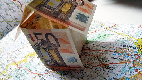 """Důvěra investorů ve Francii se může zbortit jako domeček z """"eurobankovek"""". Ilustrační foto"""