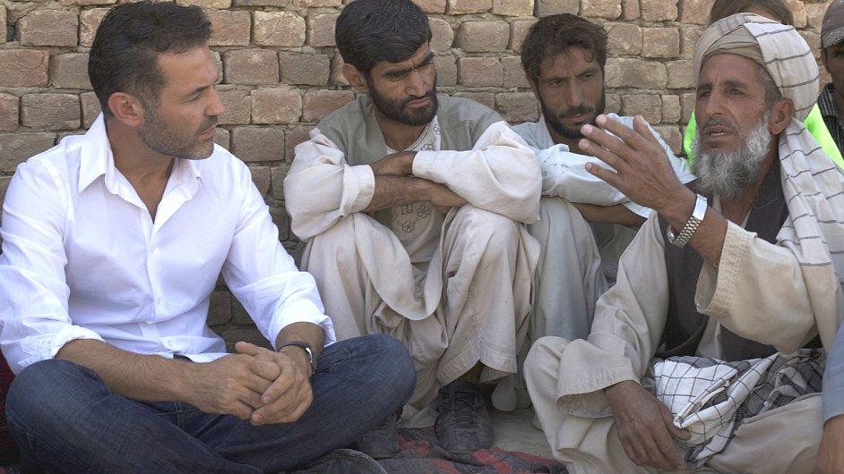 Spisovatel Khaled Hosseini (vlevo) rozmlouvá s uprchlíky, kteří se vrátili do Afghánistánu.
