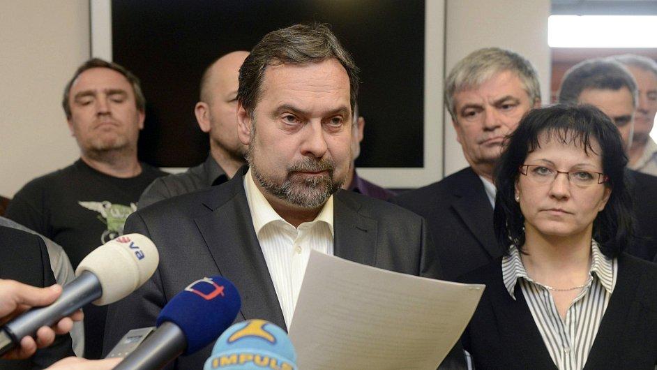 Předseda VV Radek John čte prohlášení